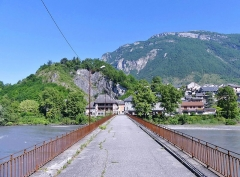Pont Morens (également sur commune de Montmélian) - English:   Sight of the old Pont Morens bridge, crossing the river Isère and entering into Montmélian town at the foot of the Bauges mountain range, in Savoie, France.