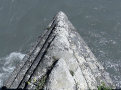 Pont Morens (également sur commune de Montmélian) - English: Sight of one of the prominant pillars of the old Pont Morens bridge, built to break the Isère river tide, in Savoie, France.