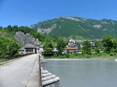 Pont Morens (également sur commune de Montmélian) - English: Sight of the old Pont Morens bridge crossing the river Isère, leading to Montmélian at the foot of the Bauges mountains, in Savoie, France.