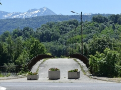 Pont Morens (également sur commune de Montmélian) - English:   Sight of the northern extremity of the old Pont Morens bridge, with still snow-covered Belledonnes mountains at the background, in Montmélian, Savoie, France.