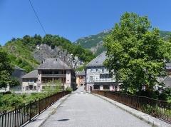 Pont Morens (également sur commune de La Chavanne) - English: Sight of the old Pont Morens bridge, arriving at Montmélian after crossing the river Isère, in Savoie, France.