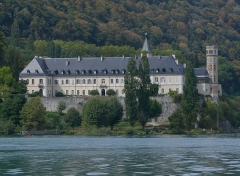 Abbaye de Hautecombe - English: Sight, from the Bourget lake, of Hautecombe abbey in Savoie, France.