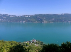Abbaye de Hautecombe - English: Sight, from Mont de la Charvaz mount, of the Bourget lake, the Chambotte mountain range and Hautecombe abbey, in Savoie, France.