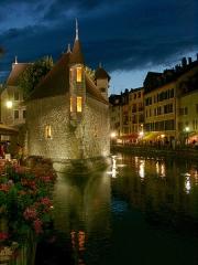 Palais de l'Isle - Deutsch: Altstadt von Annecy (F) bei Nacht.