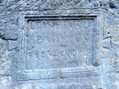 Voie romaine et inscription commémorative (également sur commune de Dingy-Saint-Clair) - Français:   Portion de voie romaine et inscription commémorative encastrée dans le roc près du pont de Saint-Clair, près de la village de Nâves-Parmelan