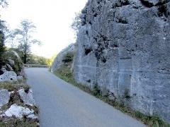 Voie romaine et inscription commémorative (également sur commune de Dingy-Saint-Clair) - Français:   Portion de voie romaine et inscription commémorative encastrée dans le roc près du pont de Saint-Clair, près de la village de Dingy-Saint-Clair