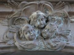 Eglise protestante -  Alsace, Bas-Rhin, Schiltigheim, Église protestante (PA00125226, IA67018001): Reliefs d'anges au-dessus de la porte latérale de la nef.