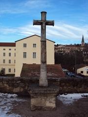 Abbaye - Français:   croix du XVe siècle, à l\'entrée de l\'Abbaye de la Séauve sur Semène
