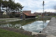 Eolienne Bollée - Deutsch: Waschhaus und Windrad in Berchères-les-Pierres im Département Eure-et-Loir (Centre-Val de Loire/Frankreich)
