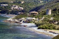 Tour de Farinole -  Farinole, Cap Corse - La marine de Farinole avec sa tour génoise, inscrite MH, et la plage de galets