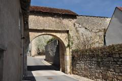 Enceinte médiévale - Français:   Pesmes (Haute-Saône) - porte Loigerot