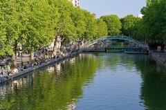 Canal Saint-Martin - Français:   Dès que le soleil sort, les promeneurs font de même.