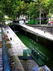 Canal Saint-Martin - Français:   Vue du canal St martin et ses eaux verdâtres.