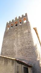 Site archéologique du dolmen I de Montaubert - Le clocher mur crénelé comporte cinq arvatures où sont placées trois cloches.