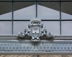 Halle - Français:   Armoiries de la ville, placées au-dessus de l\'entrée du marché couvert (1888), Angoulême, Charente, France. Architecte: Edouard Warin
