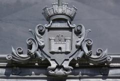Halle - Français:   Armoiries de la ville, placées au-dessus de l\'entrée du marché couvert (1888), Angoulême, Charente, France. Architecte: Edouard Warin (1837-1911).