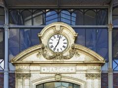 Halle - Français:   Horloge extérieure du marché (façade nord) avec armoiries de la ville, deux inscriptions «RF» et une mention de l\'année de construction de l\'édifice. Angoulême, Charente, France. Architecte: Edouard Warin