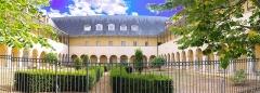Ancien couvent des Ursulines, ancien hôpital - Français:   Le couvent a été construit à partir de 1644 et a conservé une partie de ses bâtiments, intégrés au milieu de constructions plus modernes. Madame Guyon, inspiratrice du quiétisme, y a séjourné entre 1655 et 1659. Il a été utilisé par l\'Hôtel-Dieu pendant la Révolution et est demeuré hôpital jusqu\'en 1993, opérant de grosses modifications sur le plan originel. Seules sont demeurées en place trois ailes en U entourant un cloître à deux niveaux de galeries autour d\'une cour intérieure. Le cloître est dépourvu d\'ornements. Seule l\'arcade vient rythmer la façade. La galerie haute est abritée par la pente du toit reposant sur de fines colonnes de fonte. L\'intérieur des bâtiments a été complètement dénaturé, à l\'exception de trois escaliers à volées droites, avec rampe d\'appui à balustres de bois tournés. Une nouvelle façade a été élevée de 1926 à 1932 par Philippon, dans un style éclectique alternant les jeux de brique et de pierre. L\'accès s\'effectue sous le pavillon central par un porche à fausses voûtes d\'arêtes reposant sur des colonnes décorées de mosaïques. Les derniers bâtiments remontent à l\'après guerre. (source: mérimée)