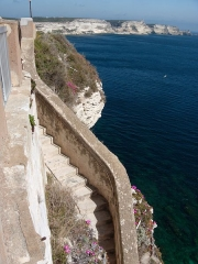 Escalier du roi d'Aragon - Français:   Premières marches de l\'escalier du roi d\'Aragon (Bonifacio, Corse-du-Sud). En arrière-plan, on peut voir les falaises calcaires du cap de Pertusato.