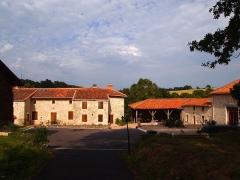 Haut fourneau de Puiraveau (ou Puyravaud) - Français:   Ferme de Puyravaud, à Vitrac-Saint-Vincent en Charente (France) (inscrit, 1994). Elle domine l\'ancienne forge, située entre les 2 étangs. Le Maquis Bir-Hacheim y a établi sa base en 1944.