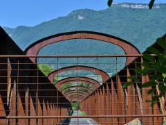 Pont Victor-Emmanuel dit Pont des Anglais - English: Sight of the deck and metalic arches of the old Pont Victor-Emmanuel bridge, also called Pont des Anglais, crossing the Isère river, between Chambéry and Albertville in Savoie, France.