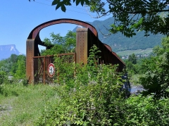 Pont Victor-Emmanuel dit Pont des Anglais - English: Sight of the eastern extremity of the old Pont Victor-Emmanuel bridge, green-covered since its closure in the 1990s, between Chambéry and Albertville in Savoie, France.