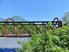 Pont Victor-Emmanuel dit Pont des Anglais - English: Sight of the metallic truss and arches of the old Pont Victor-Emmanuel bridge, also called Pont des Anglais, crossing Isère river between Chambéry and Albertville in Savoie, France.