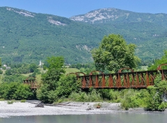 Pont Victor-Emmanuel dit Pont des Anglais - English: Sight of the Pont Victor-Emmanuel bridge (also called Pont des Anglais), crossing the river Isère near Cruet whose church is visible at the background, between Chambéry and Albertville in Savoie, France.