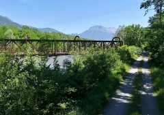 Pont Victor-Emmanuel dit Pont des Anglais - English: Sight of a track along of the Isère river, joined by the old Pont Victor-Emmanuel bridge, between Chambéry and Albertville in Savoie, France.