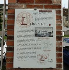 Ancien couvent des Récollets - Français:   Explications de la ville de Melun , rue Fréteau-de-Pény, sur la grille, avant d\'entrer dans la cour.