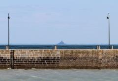 Jetée dite Cale de l'Epi - Italiano: Cancale: il molo. All'orizzonte le Mont St. Michel