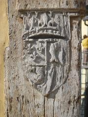 Maison dite du Dauphin - Français:   Blason sculpté sur un pan dangle .