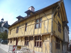 Maison dite du Dauphin - Français:   Maison à pans de bois, fortement inclinée.