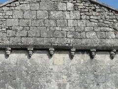 Eglise Saint-Christophe - Français:   Modillons de la façade occidentale, église Saint-Christophe de Vindelle, Charente, France.