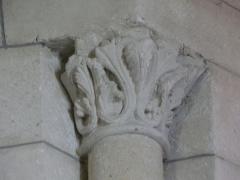 Eglise Saint-Christophe - Petit chapiteau sur le côté d'un vitrail du chœur de l'église Saint-Christophe de Vindelle, Charente, France.