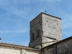Eglise Saint-Christophe - Français:   L\'angle nord-ouest du clocher de l\'église Saint-Christophe de Vindelle, Charente, France.
