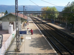 Gare - English: View on the platforms 1 and 2 of Culoz railway station, in Ain, France. This line leads to Geneva in Switzerland.