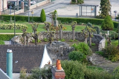Hôtel Dieu - Français:   La tour des Augustines dans l\'enceinte de l\'Hôtel-Dieu de Château-Thierry, vue des remparts du château médiéval. Cette tour abrite les tombes des soeurs qui étaient chargées de la gestion de l\'Hôtel-Dieu.