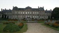 Hôtel de ville - Français:   Photographie représentant la façade arrière de l\'Hôtel de ville de Soissons et ses jardins.