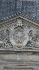 Hôtel de ville - Français:   Photographie représentant un blason présent sur le fronton de la façade arrière de l\'Hôtel de ville de Soissons.