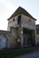Domaine des Girodeaux - Français:   Le pigeonnier-porche du domaine des Girodeaux