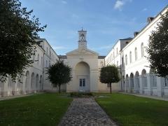 Hospice Saint-Nicolas - Français:   A proximité de la cathédrale. Au fond de la cour, une chapelle.