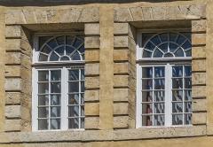 Ancien hôtel de Ricard (Ecole Saint-Louis) - English: Window of Hôtel de Ricard in Saint-Geniez-d'Olt, Aveyron, France