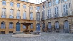 Immeubles formant la place d'Albertas - Français:   Fontaine, place d\'Albertas à Aix-en-Provence