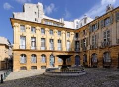 Immeubles formant la place d'Albertas - Français:   Place d\'Albertas, Aix en Provence (Bouches du Rhône, France).