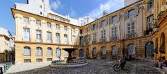 Immeubles formant la place d'Albertas - Français:   Vue panoramique de la place d\'Albertas à Aix en Provence (Bouches du Rhône, France).