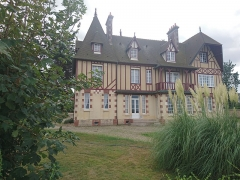 Villa le Manoir - This building is indexed in the Base Mérimée, a database of architectural heritage maintained by the French Ministry of Culture,under the reference PA14000069 .