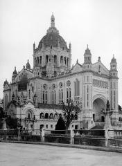 Basilique Sainte-Thérèse - Français:   Basilique Sainte-Thérèse de Lisieux, 1974. Photo prise par mon grand-oncle Marcel Besnard (1913-1998).