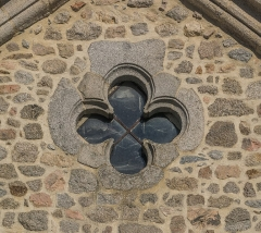 Eglise Notre-Dame de la Purification - English: Window in the shape of a cross, church of Our Lady of the Purification of Cassaniouze, Cantal, France