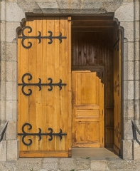 Eglise Notre-Dame de la Purification - English: Door of the church of Our Lady of the Purification of Cassaniouze, Cantal, France